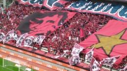 鹿島サッカースタジアム。キックオフ直前のホーム側サポーター席