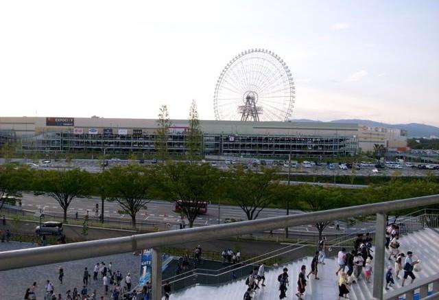 スタジアムから見た近接する商業施設